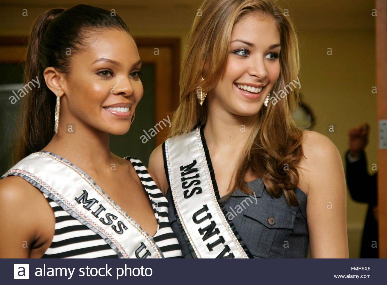dayana mendoza, miss universe 2008. - Página 36 Miss-universe-2008-venezuelan-dayana-mendoza-r-smiles-next-to-miss-FMR9X6_xmg0