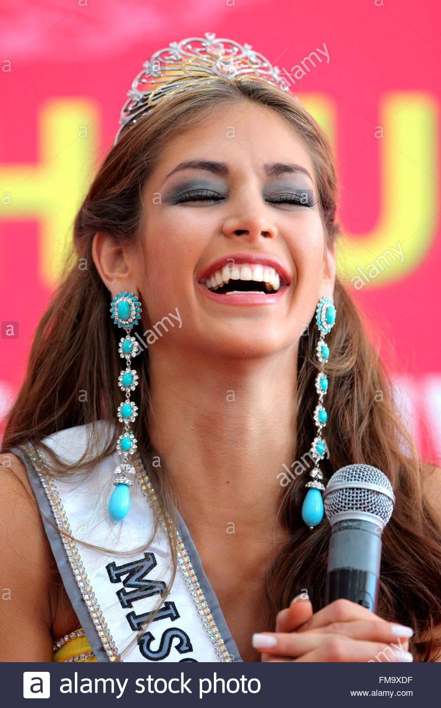 dayana mendoza, miss universe 2008. - Página 34 Venezuelas-dayana-mendoza-laughs-during-a-press-conference-after-winning-fm9xdf_idc4
