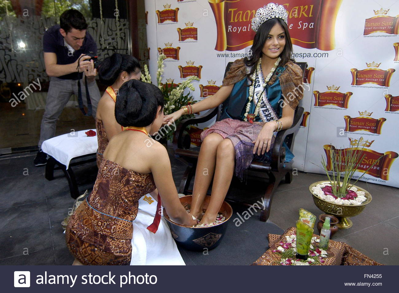 ximena navarrette, miss universe 2010. - Página 47 Two-indonesian-women-who-are-wearing-java-traditional-dress-give-a-FN4255_noi0