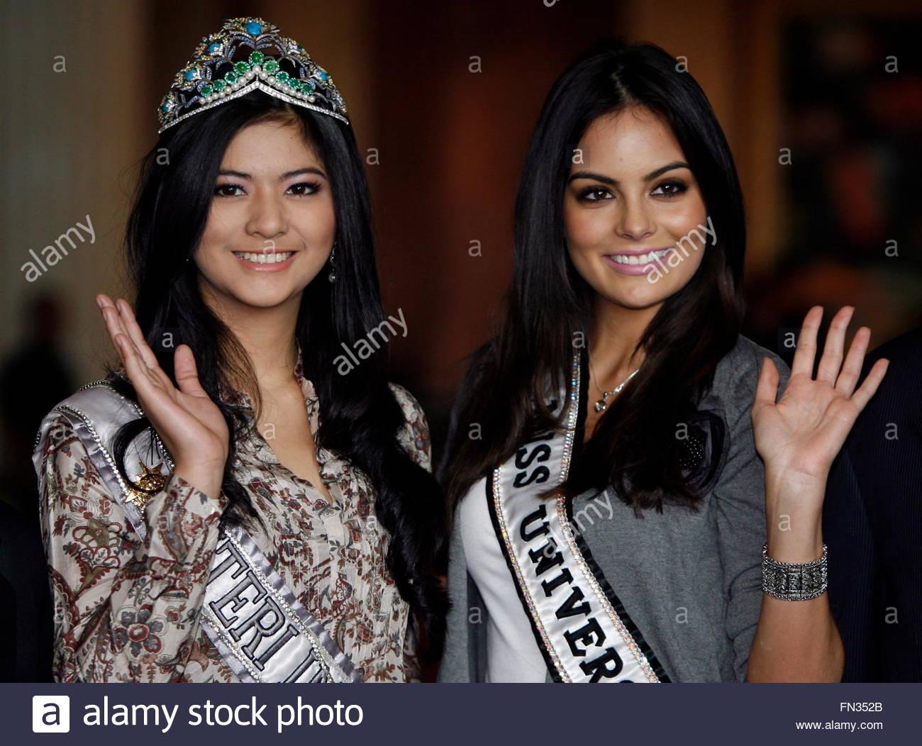 ximena navarrette, miss universe 2010. - Página 47 Miss-universe-2010-ximena-navarrete-of-mexico-r-accompanied-by-miss-fn352b_wkw2