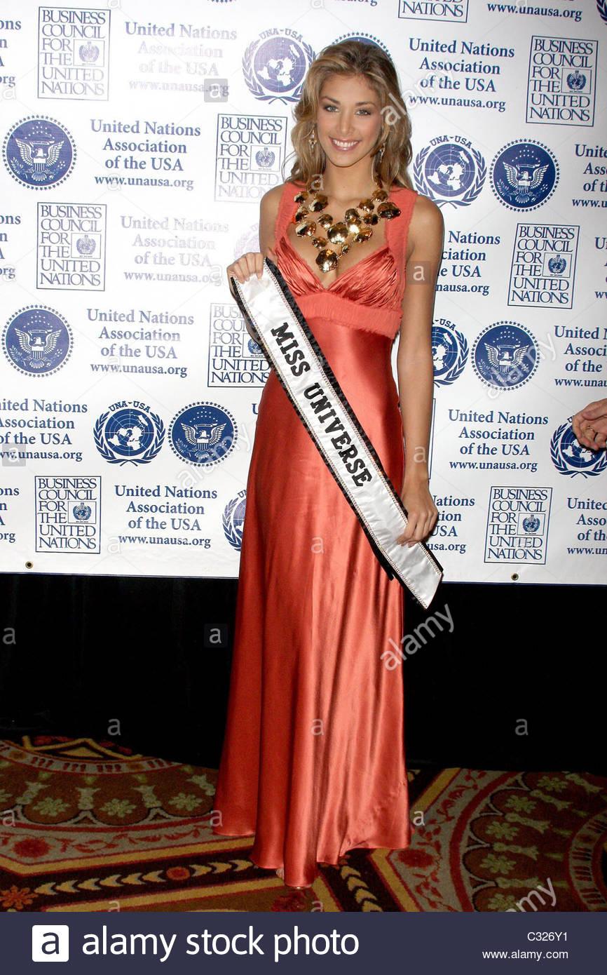 dayana mendoza, miss universe 2008. - Página 35 Miss-universe-dayana-mendoza-2008-global-leadership-awards-gala-held-c326y1_drw9