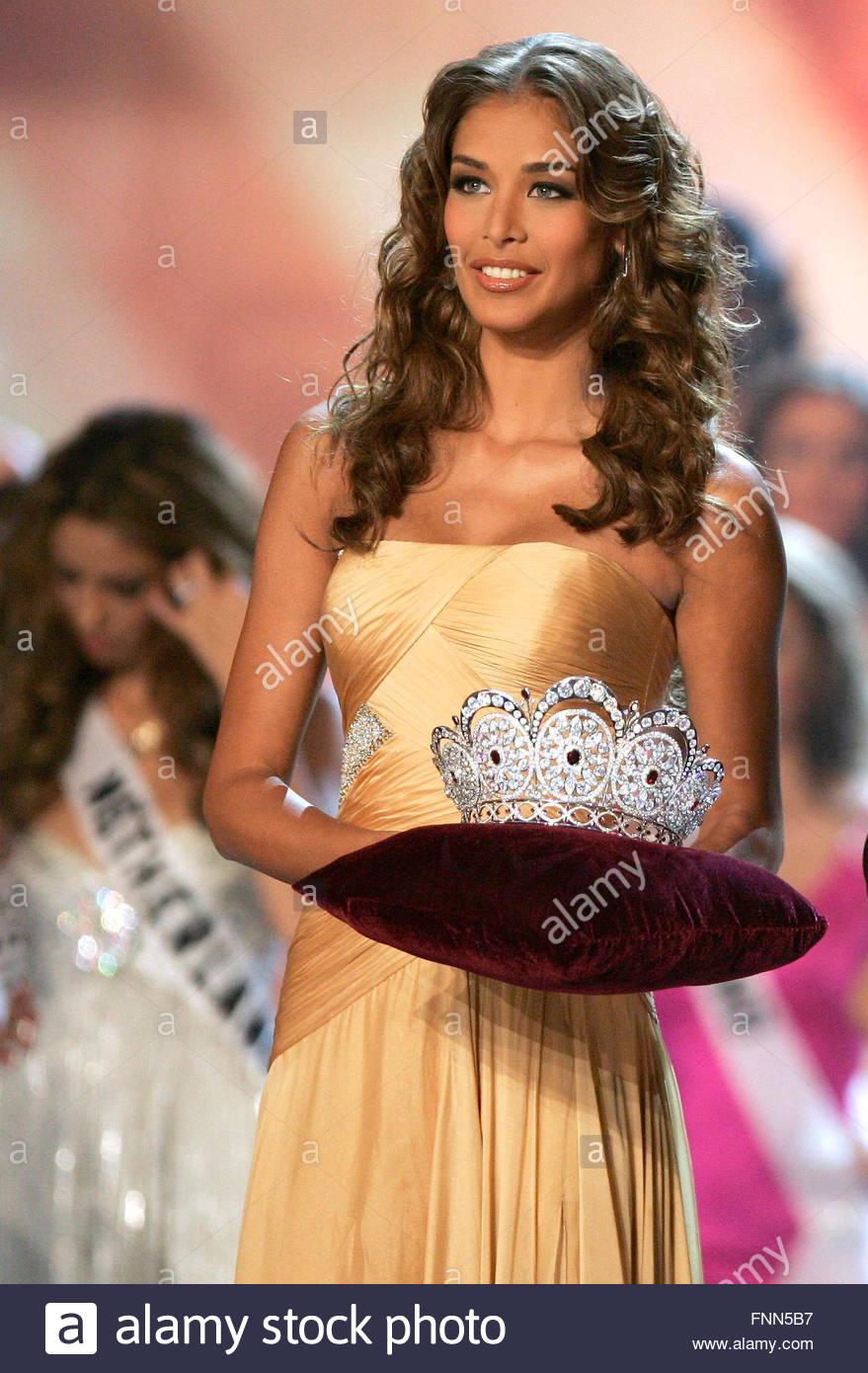 dayana mendoza, miss universe 2008. - Página 35 Epa01835680-miss-universe-2008-venezuelan-dayana-mendoza-hands-her-FNN5B7_rwy3