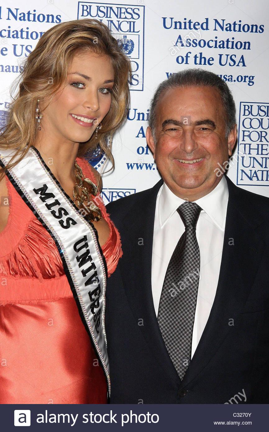 dayana mendoza, miss universe 2008. - Página 35 Miss-universe-dayana-mendoza-and-gustavo-cisneros-2008-global-leadership-c3270y_jfh4