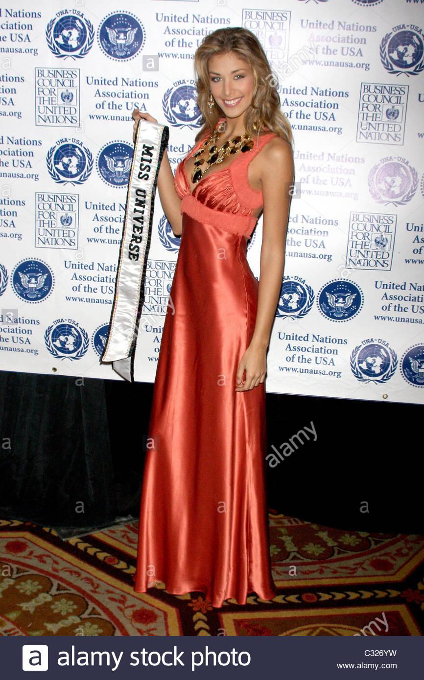 dayana mendoza, miss universe 2008. - Página 35 Miss-universe-dayana-mendoza-2008-global-leadership-awards-gala-held-c326yw_mmu7