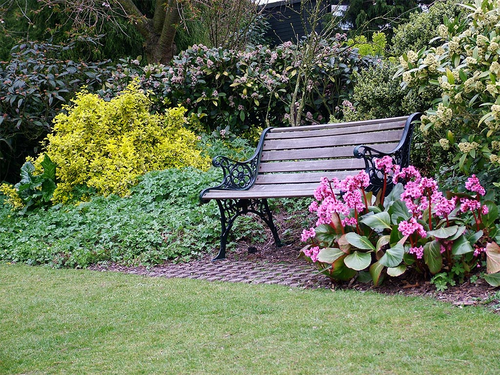 Vrtovi - Page 4 Wrought-iron-garden-bench