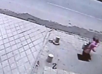 Girl Falls Down Sinkhole Port-sinkhole-420x0