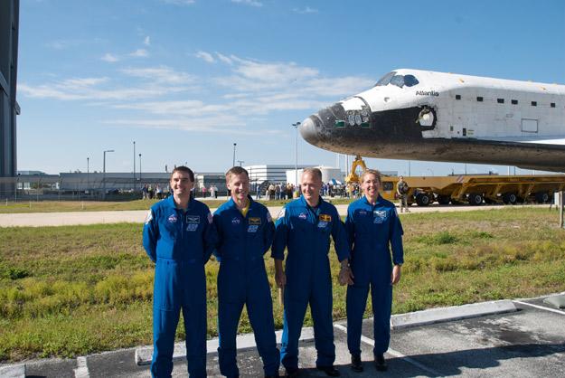 [STS-135] Atlantis:  fil dédié aux préparatifs, lancement prévu pour le 8/07/2011 - Page 4 Sts135_rollover_2_625