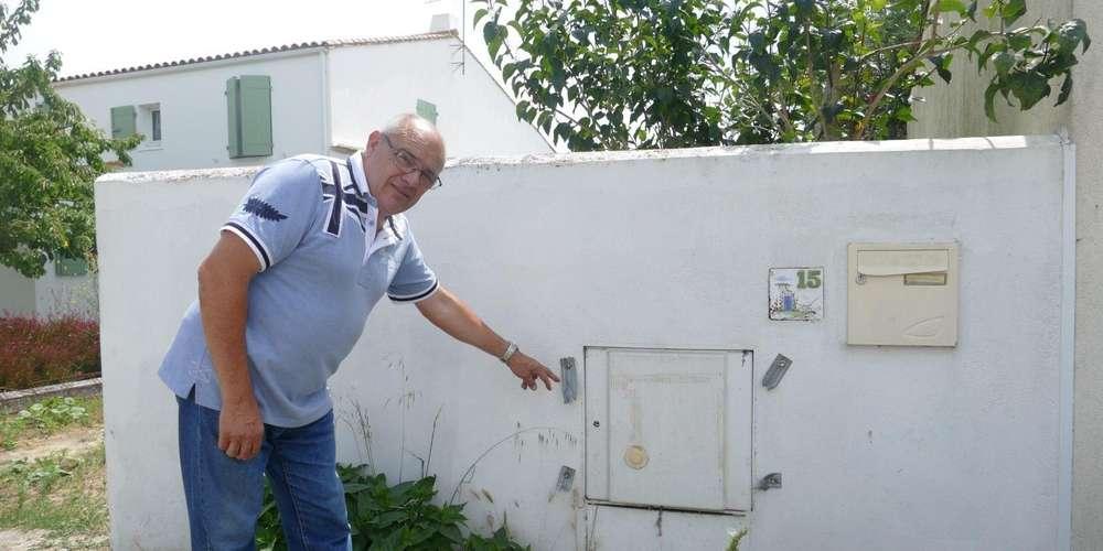 Linky, un indic dans la maison Jean-claude-guilbon-devant-le-disjoncteur-installe-sur-un-muret-de-son-domicile
