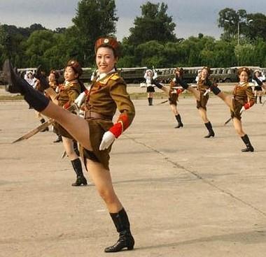 Le kaki au féminin North_korean_army_babes_md