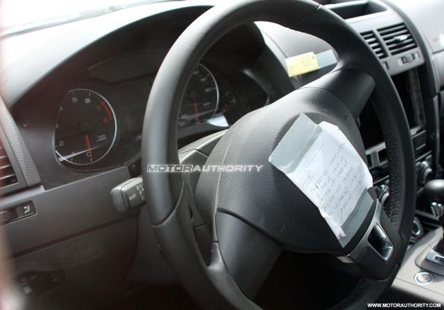 2010 - [Volkswagen] Touareg II - Page 7 2011-volkswagen-touareg-test-mule-spy-shots-may-008_100200333_m