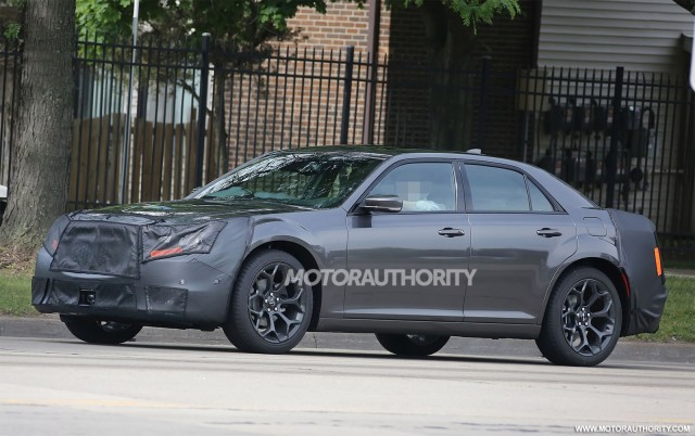 2015 - [Chrysler] 300 Restylée 2015-chrysler-300-facelift-spy-shots_100471588_m