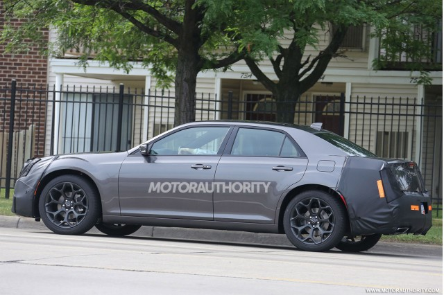 2015 - [Chrysler] 300 Restylée 2015-chrysler-300-facelift-spy-shots_100471591_m