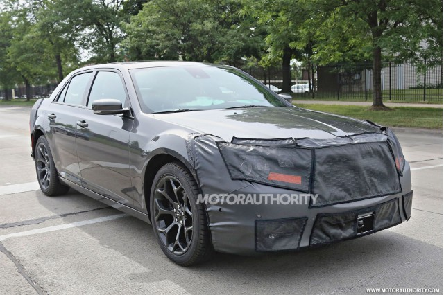 2015 - [Chrysler] 300 Restylée 2015-chrysler-300-facelift-spy-shots_100471594_m