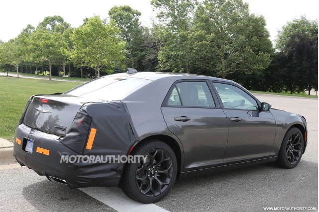 2015 - [Chrysler] 300 Restylée 2015-chrysler-300-facelift-spy-shots_100471597_m