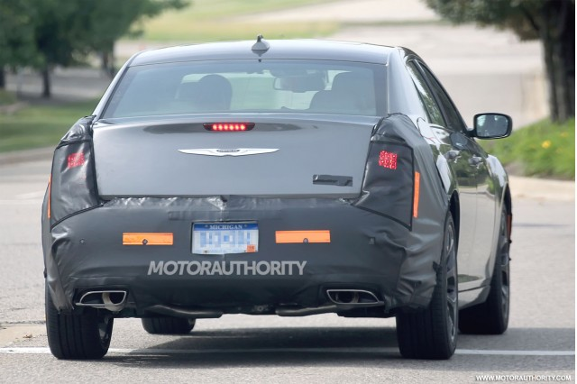 2015 - [Chrysler] 300 Restylée 2015-chrysler-300-facelift-spy-shots_100471598_m