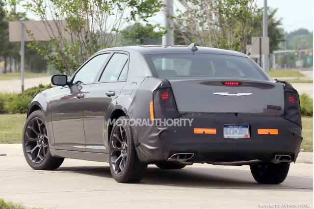 2015 - [Chrysler] 300 Restylée 2015-chrysler-300-facelift-spy-shots_100471599_m