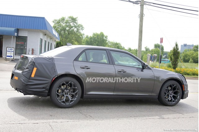 2015 - [Chrysler] 300 Restylée 2015-chrysler-300-facelift-spy-shots_100471602_m