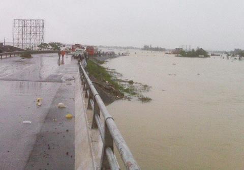 Chùm ảnh: Quốc lộ 1A thành dòng sông lớn Images2053138_IMG00220