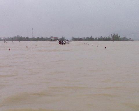 Chùm ảnh: Quốc lộ 1A thành dòng sông lớn Images2053145_IMG00280