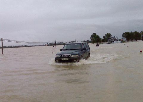 Chùm ảnh: Quốc lộ 1A thành dòng sông lớn Images2053168_IMG00258