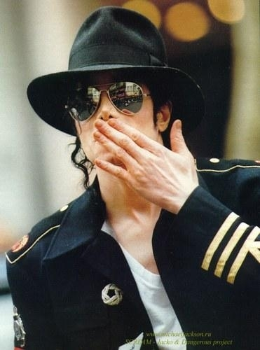 happy birthday...(لولا) Kiss-michael-jackson-10289734-371-500