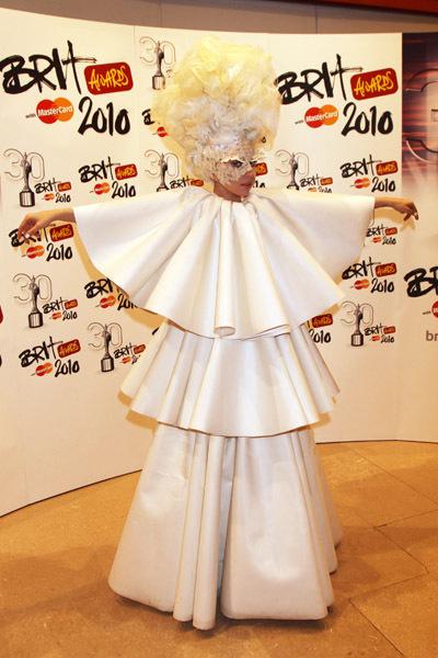 [Tema Oficial] Christina en los Mtv Movie Awards 2010. - Página 6 BRIT-Awards-2010-Red-Carpet-lady-gaga-10454677-400-600