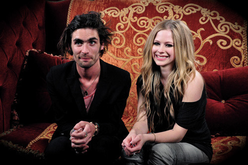 Galería » Avril con otros famosos - Página 2 Avril-and-Tyson-Ritter-The-All-American-Rejects-interview-Alice-in-Wonderland-avril-lavigne-10939333-500-332