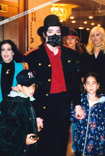 Testimonianze di chi ha incontrato Michael Jackson - Pagina 40 Michael-Prague-michael-jackson-9031318-337-500