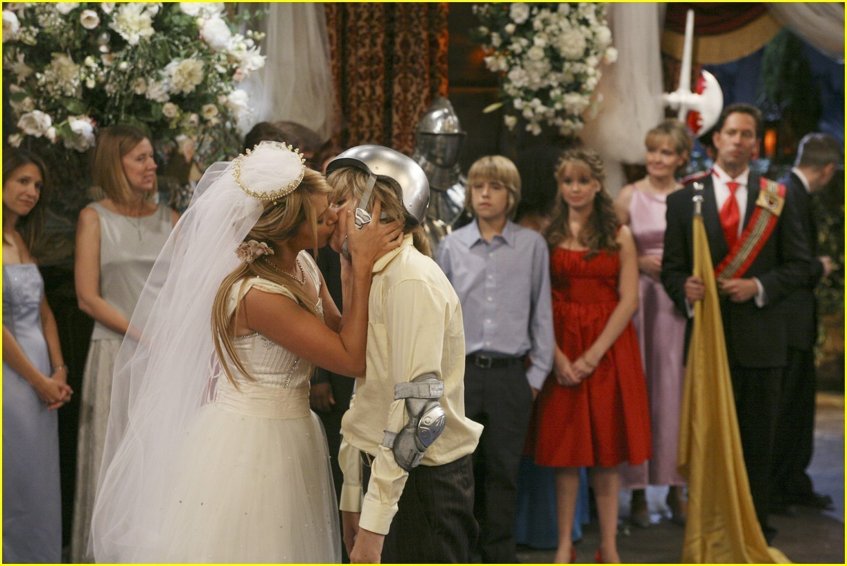 Zac si Cody Suite Life - Page 5 Zack-and-Maddie-Kiss-the-suite-life-of-zack-and-cody-3504031-1222-817