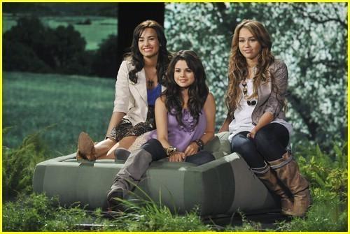 Selena gomez pics! Miley-demi-and-selena-demi-l-miley-c-and-selena-g-6579513-500-335