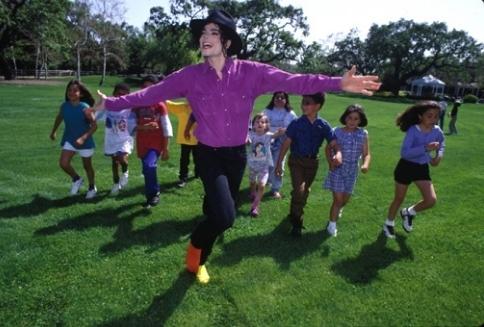 Foto di Michael e i bambini - Pagina 11 Various-Photoshoots-Harry-Benson-Photoshoots-michael-jackson-7422982-484-327