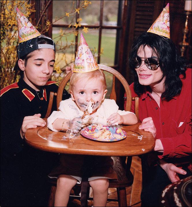 Foto di Michael e i bambini - Pagina 11 Dgh-michael-jackson-7419956-666-717