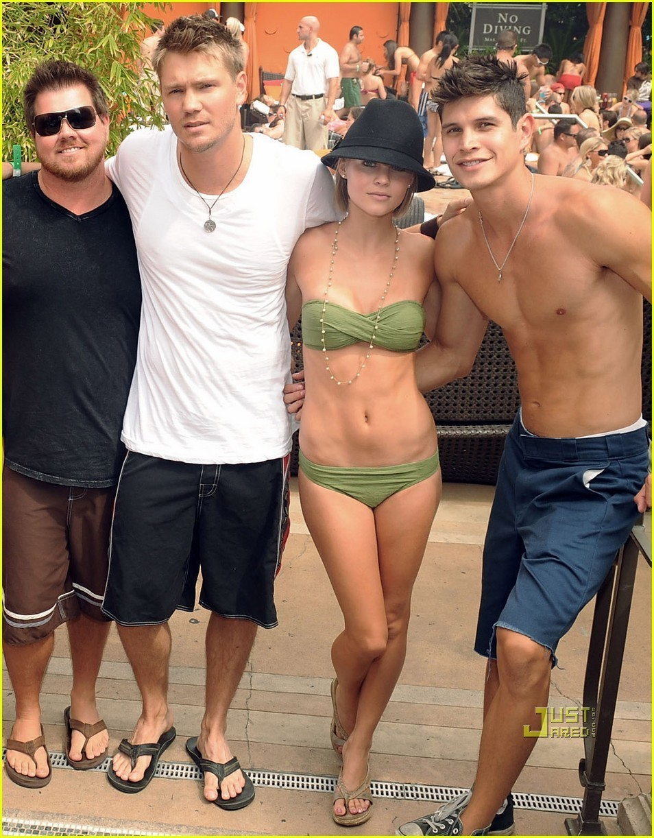 Slike Chad - Page 3 Chad-MM-at-pool-party-chad-michael-murray-7923814-954-1222