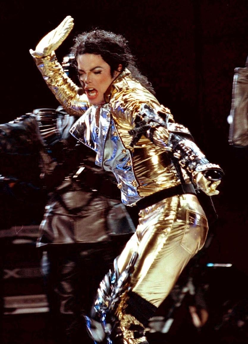 "Immagini era ""HISTORY"" - Pagina 2 MJ-in-GOLD-History-Tour-michael-jackson-8241401-834-1159"
