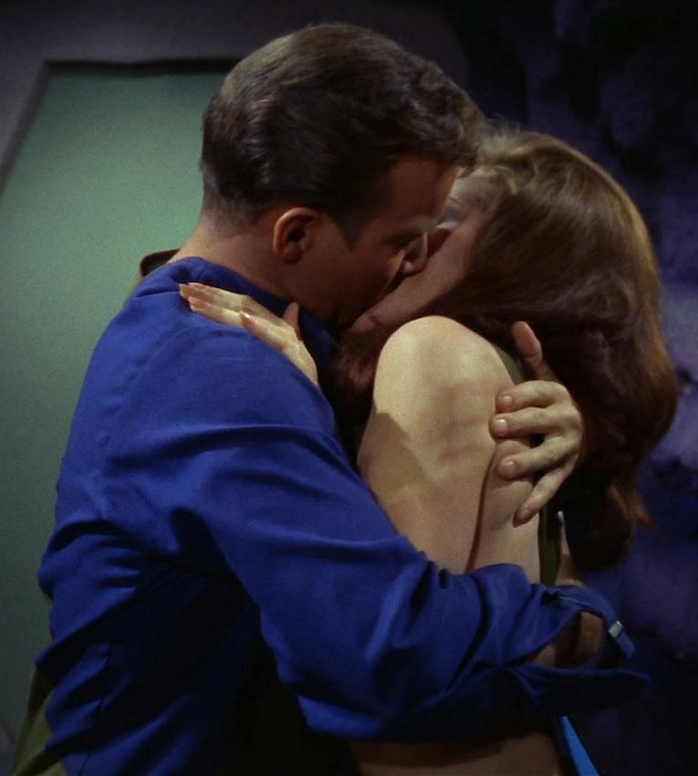 5-17 : Maladie d'amour (Disease) Kirk_kissing_Andrea