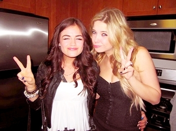 Um Pouco Mais Que Amigos          |        Por: JulieAlbano & Nanda Cyrus Peace-lucy-hale-and-ashley-benson-14840472-357-267