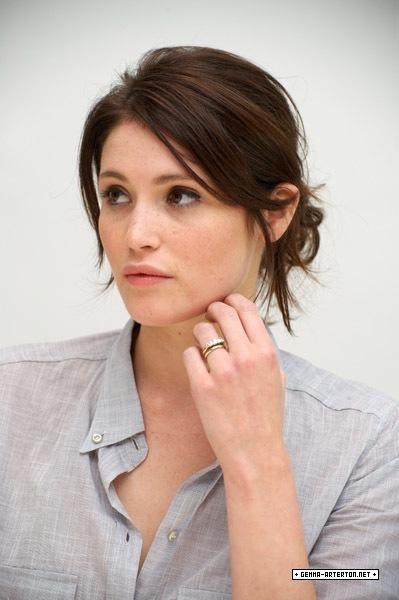 Mujeres preciosas (De esas de amor platónico) - Página 22 Gemma-Arterton-Tamara-Drewe-Press-Conference-actresses-16436649-399-600