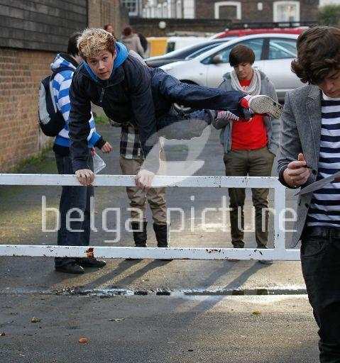 One Direction - Page 2 1-Direction-Out-About-Wiv-Niall-Jumping-An-Hurdle-Lol-Rare-Pic-x-one-direction-17011971-479-512