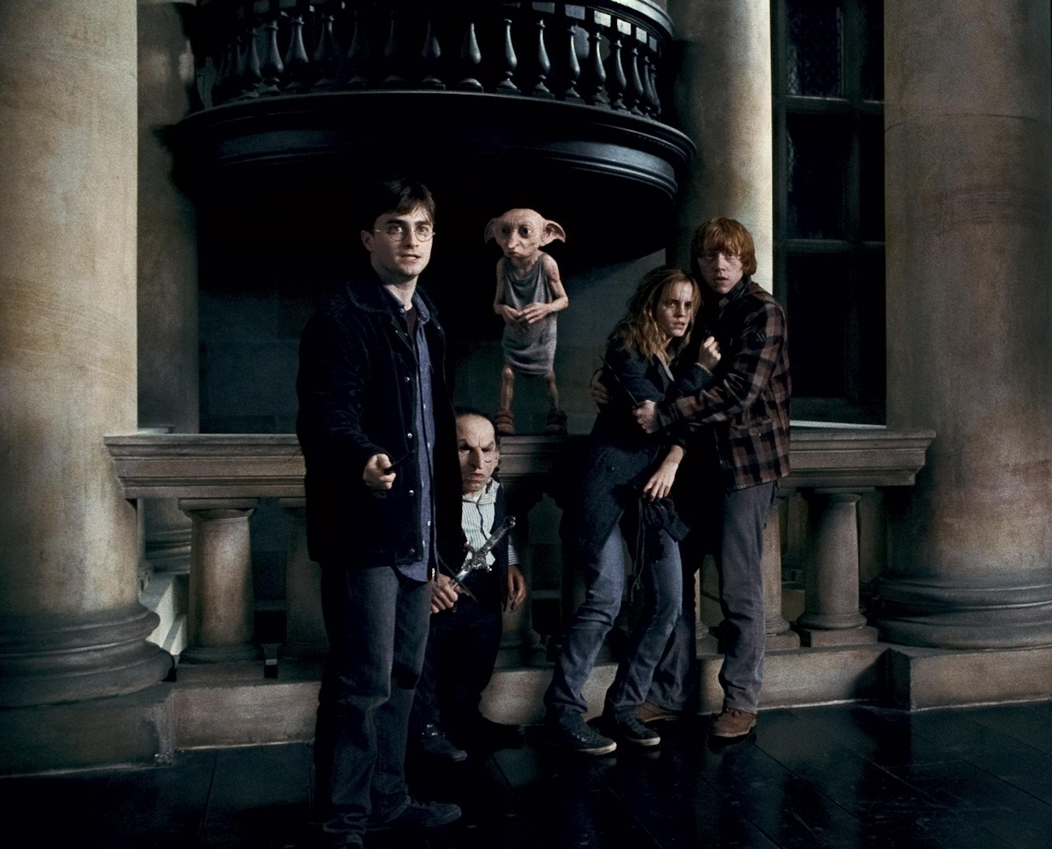 Jeu des images (version HP) - Page 25 Dobby-Griphook-and-Trio-harry-potter-and-the-deathly-hallows-movies-17181267-2140-1728