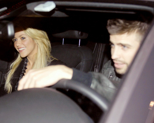 Shakira and Pique. - Page 2 Shakira-and-Pique-gerard-pique-19518277-500-400