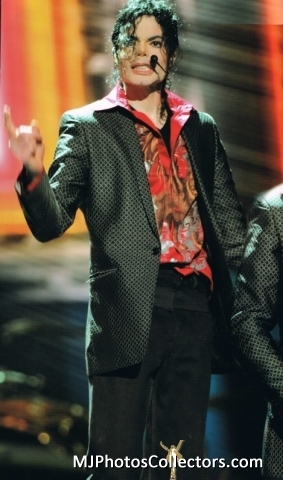 """Immagini era """"THIS IS IT"""" - Pagina 21 THIS-IS-IT-Outfit-Blazer-with-red-shirt-3-michael-jackson-20974643-283-480"""