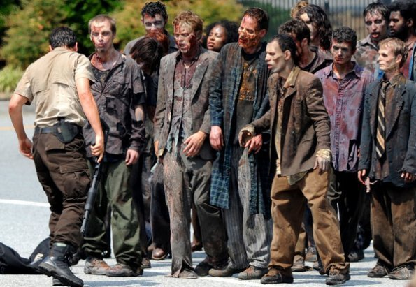 The Walking Dead [ Todo sobre la serie ] The-Walking-Dead-Season-2-Set-Photos-June-21st-the-walking-dead-23071924-595-411