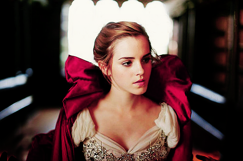 A Bela e o Monstro (Beauty and The Beast) - Página 9 Emma-Watson-as-Belle-disney-princess-24024254-500-332