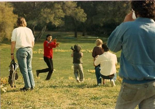 Immagini Inedite - Pagina 40 1987-Having-a-breake-during-filming-Moonwalk-michael-jackson-24220831-600-421