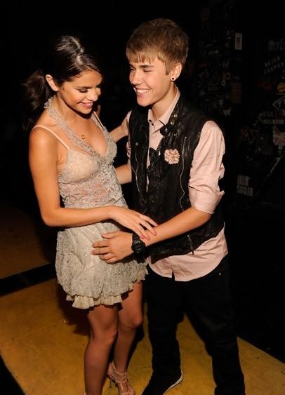 Selena Gomez - Page 37 Justin-at-TCA-justin-bieber-24376902-406-563