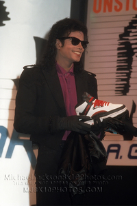 Raridades: Somente fotos RARAS de Michael Jackson. - Página 6 512160_1292940311340_200_300