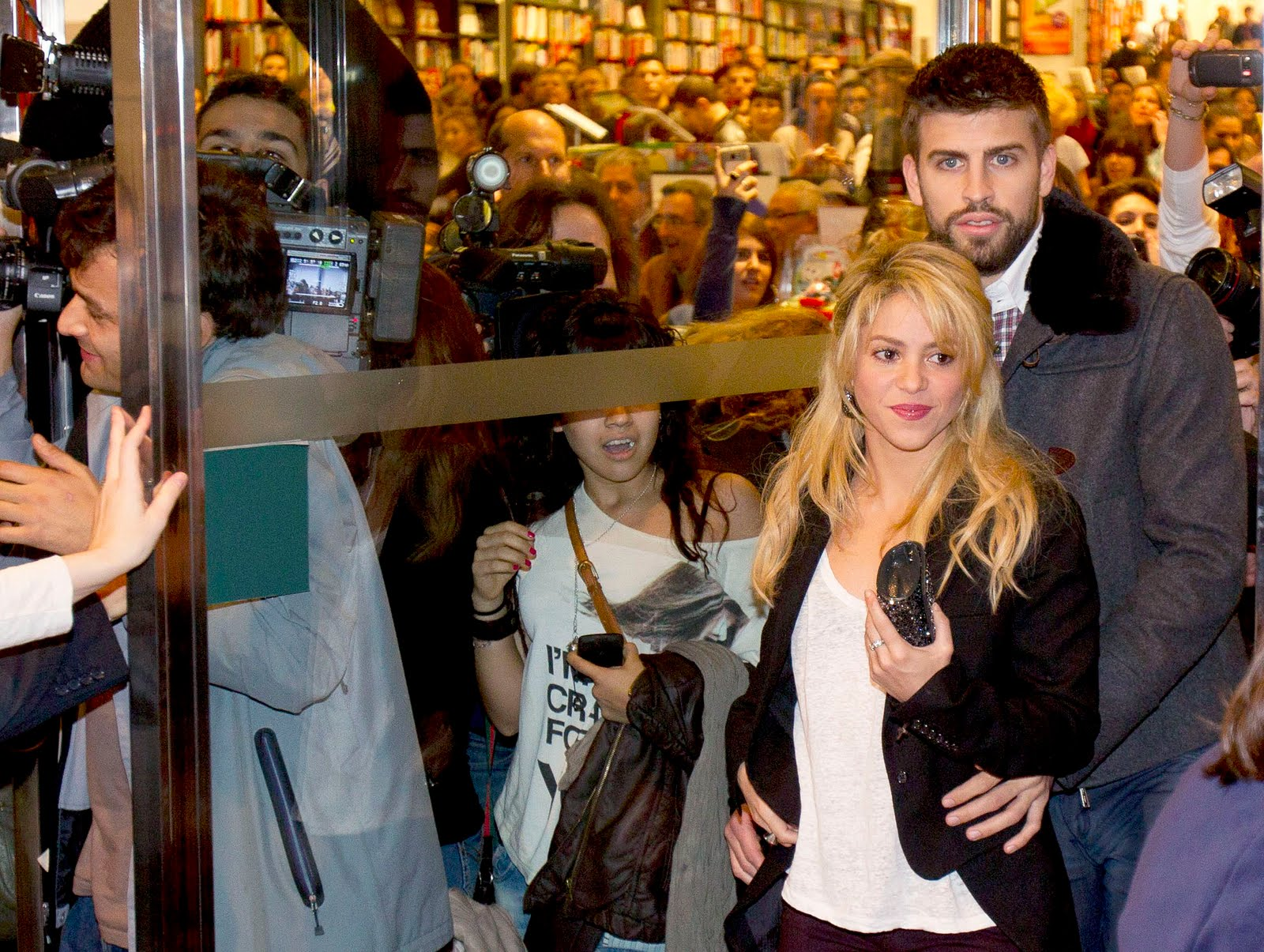 Shakira and Pique. - Page 3 CU-Shakira-and-boyfriend-Dues-Vides-book-release-gerard-pique-27488428-1600-1205
