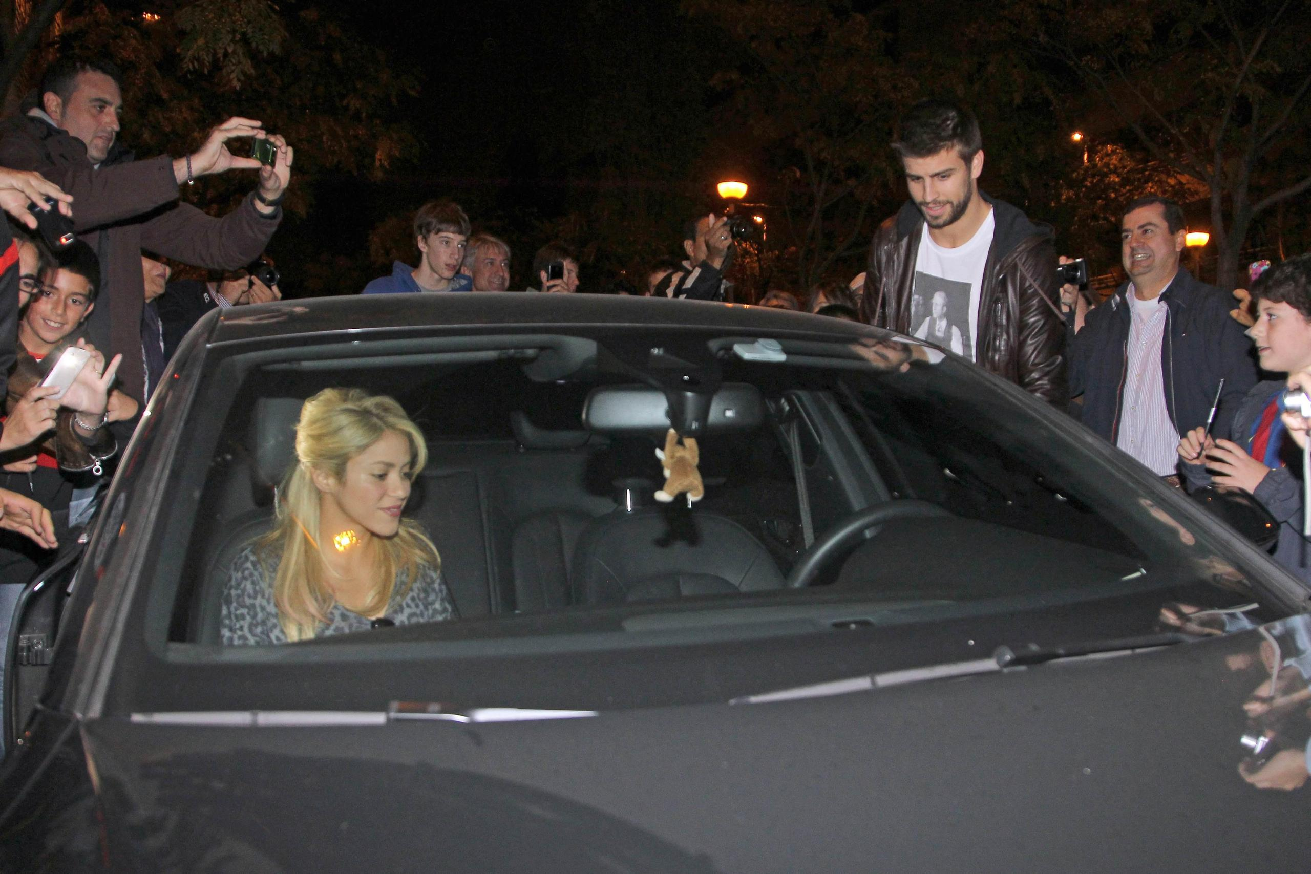 Shakira and Pique. - Page 3 Shakira-and-piqu-car-big-picture-gerard-pique-27488248-2560-1707