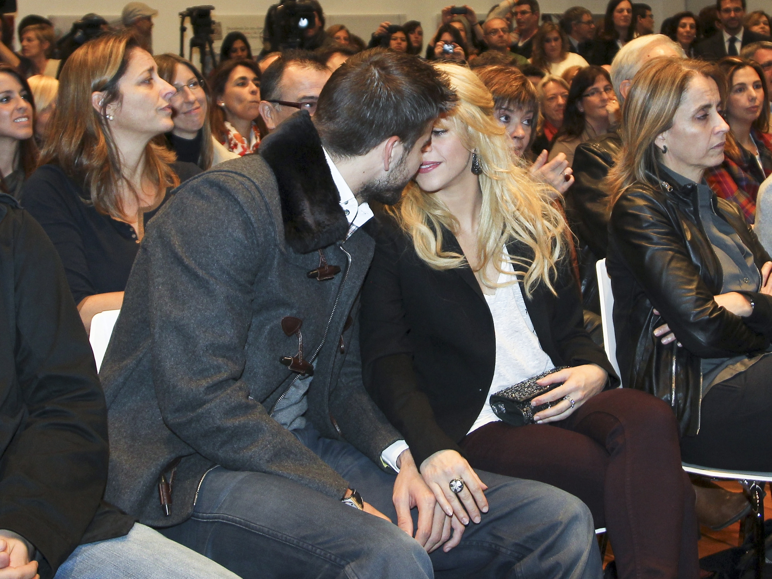 Shakira and Pique. - Page 3 Ugly-kiss-gerard-pique-27488327-2560-1919