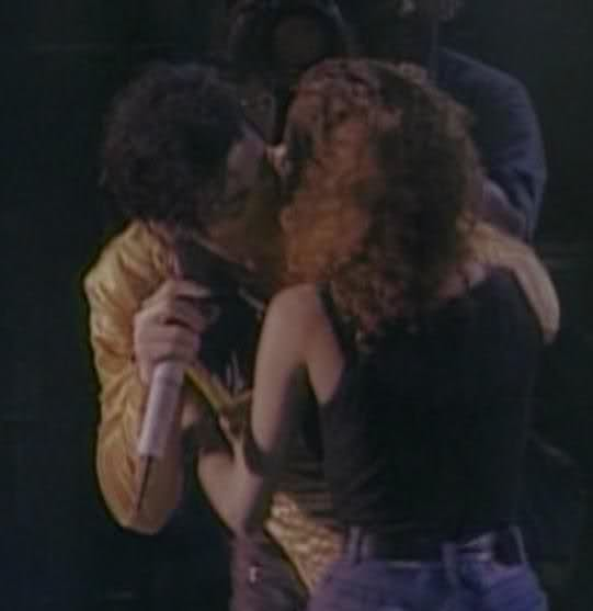 Immagini Michael Jacksons' Kiss - Pagina 9 -MJ-kissing-one-of-his-fans-michael-jackson-27560518-541-557